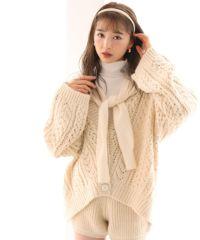 model身長161センチ<br>アイボリー<br>※サンプルの為、仕様が異なります。<br>カラーが白っぽくなります。ボタンが茶色になります。編み方が変わります